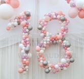 Liczba 18 wykonana z balonów.