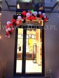 Skromna dekoracja wejścia wykonana z balonów.
