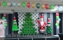 Balonowa dekoracja sceny na mikołajki.