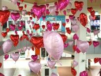 Balony w kształcie serca z helem jako dekoracja na Walentynki.