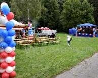 Dekoracje z balonów w plenerze.