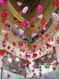 Balony z helem jako dekoracja na walentynki.