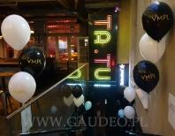 Stroiki balonowe na poręczach klubu.