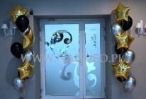 Bukiety balonowe jako dekoracja wejścia na salę.