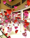 Balonowe serca w Galerii Handlowej.