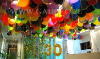 Kolorowe balony helowe jako dekoracja.