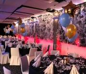 Balonowe dekoracje sylwestrowych stołów.