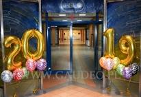 Balony helowe jako dekoracja wejścia.
