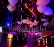 Balony z nadrukiem i helem jako dekoracja w klubie.