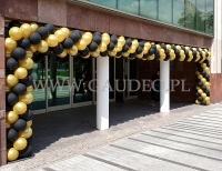 Złoto-czarna brama balonowa.