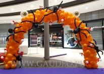Halloweenowa brama balonowa.
