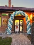 Brama z balonów w kształcie łuku.
