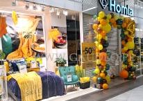 Brama z balonów jako urodzinowa dekoracja wejścia do sklepu.