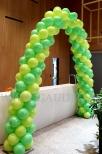 Łuk z balonów jako dekoracja stoiska targowego.