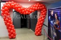 Balonowa brama w kształcie serca w Centrum Konferencyjnym Hala Stulecia.