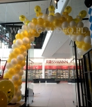 Balonowa brama w warszawskiej galerii.