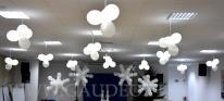 Mikołajki dla dzieci udekorowane balonami.