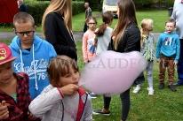 Wata cukrowa zjadana przez dziecko.