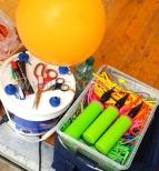 Nauka skręcania balonów jako atrakcja na pikniku.