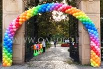 Kolorowy łuk balonowy.