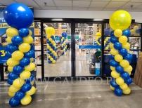 Kolumny z balonów przy wejściu do castoramy.