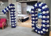 Dziesiątka z balonów jako dekoracja wejścia.