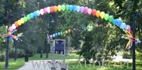 Balony z helem poukładane w łuki.