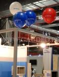 Stoisko firmy udekorowane balonami z helem.
