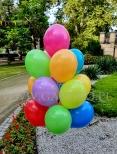 Pęk balonów z helem w plenerze.