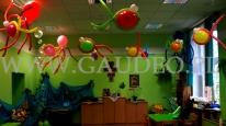 Rybki z balonow podwieszone pod sufitem na balu w przedszkolu.