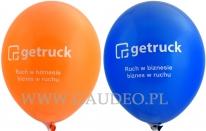 Biały nadruk na pomarańczowych i niebieskich balonach.
