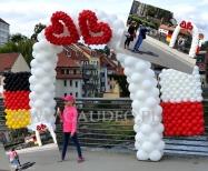 Brama balonowa jako źródło radości dla przechodniów.