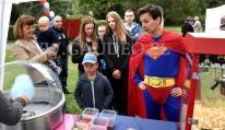 Superman przy kręceniu waty cukrowej.
