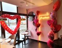 Balony na walentynki w restauracji.