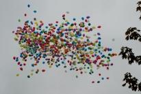 1000 balonów odlatuje nad Wrocławiem po wypuszczeniu.