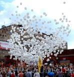 Zrzucanie balonów z okazji Nocy Pragi na Ząbkowskiej w Warszawie.