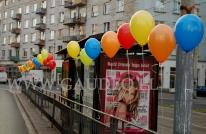 Przystanek MPK w czasie akcji uwalniania balonów z helem we Wrocławiu.