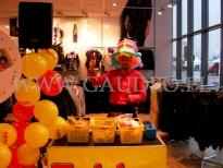 Animator skręca balonu na otwarciu sklepu.