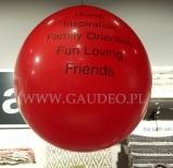 Czerwony metrowy balon z nadrukiem.