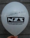 Balon z nadrukowanym czarnym logotypem.