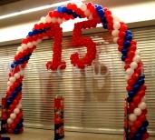 Balonowa brama na obchodach piętnastolecia sieci Real.