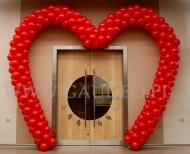 Walentynkowa brama balonowa w kształcie serca.