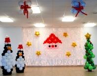 Dekoracja balonowa na Świątecznej zabawie dziecięcej z pingwinkami.