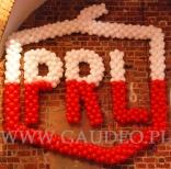 Balonowa dekoracja na evencie w stylu PRL