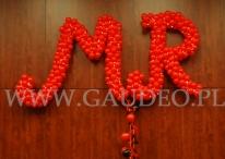 Balonowa dekoracja na ścianie na imprezie z tematem Moulin Rouge.