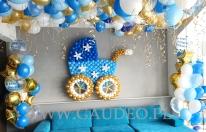Wózeczek z balonów jako dekoracja.
