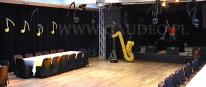 Balonowa dekoracja sali na imprezę karnawałową z saksofonem i nutkami.