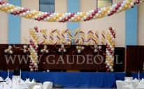 Balonowa dekoracja sceny na bal studniówkowy - z napisem 100 dni.