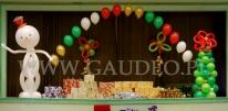 Balonowa dekoracja sceny na imprezie mikołajkowej.