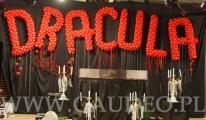 Balonowa dekoracja sceny na imprezie w stylu Draculi.